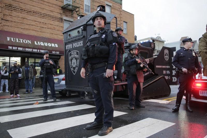 美國紐澤西州澤西市在美東時間10日下午發生槍擊案,警方與嫌犯發生激烈槍戰約2小時槍戰,造成至少6人死亡,其中包含1名警員、2名嫌犯和3位民眾。(美聯社)