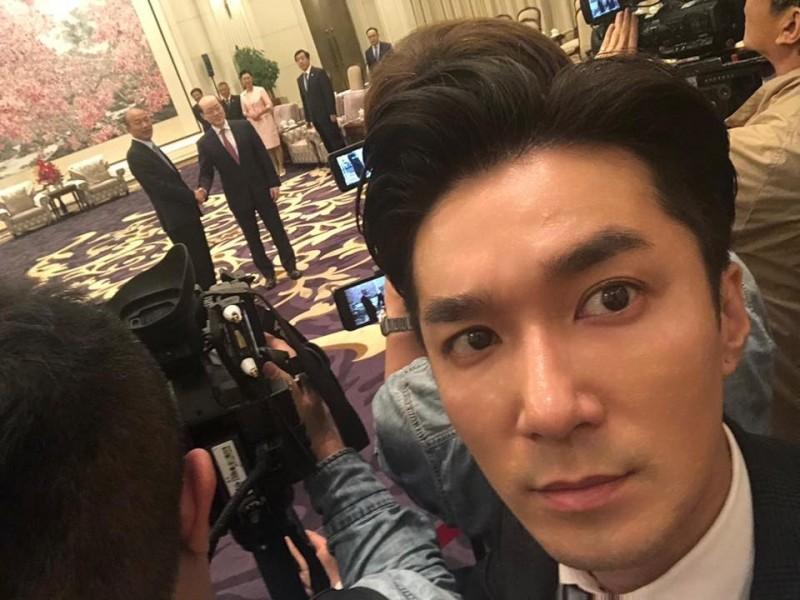 已婚的《中天新聞》主播王又正最近遭到週刊直擊,與台北市議員鍾小平、戴錫欽一同到KTV尋歡,身旁還有2名身材火辣的「粉味妹」陪伴。(翻攝自臉書)