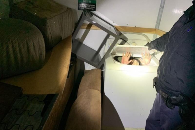 中國人躲藏在洗衣機企圖偷渡美國遭逮。(美國海關及邊境保衛局)