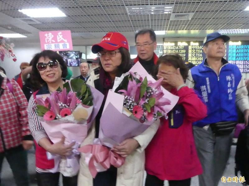 國民黨立委陳玉珍(中戴帽者)日前在外交部抗議時手指遭夾傷送醫,引起軒然大波,她昨天返金門休養。(資料照)