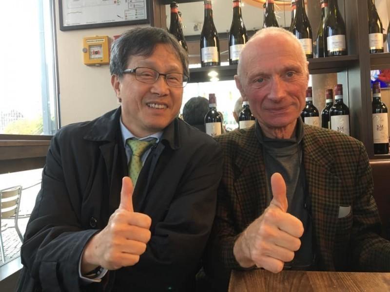 我駐德代表謝志偉(左)與提案發起人德國退休海洋生物學家Michael Kreuzberg(右)。(圖擷取自謝志偉臉書)