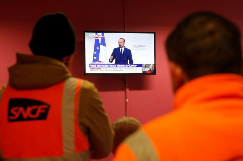 法國總理菲力普(Edouard Philippe)今(11)日槓上罷工示威者,重申對法國年金制度進行重大改革的堅持。(路透)