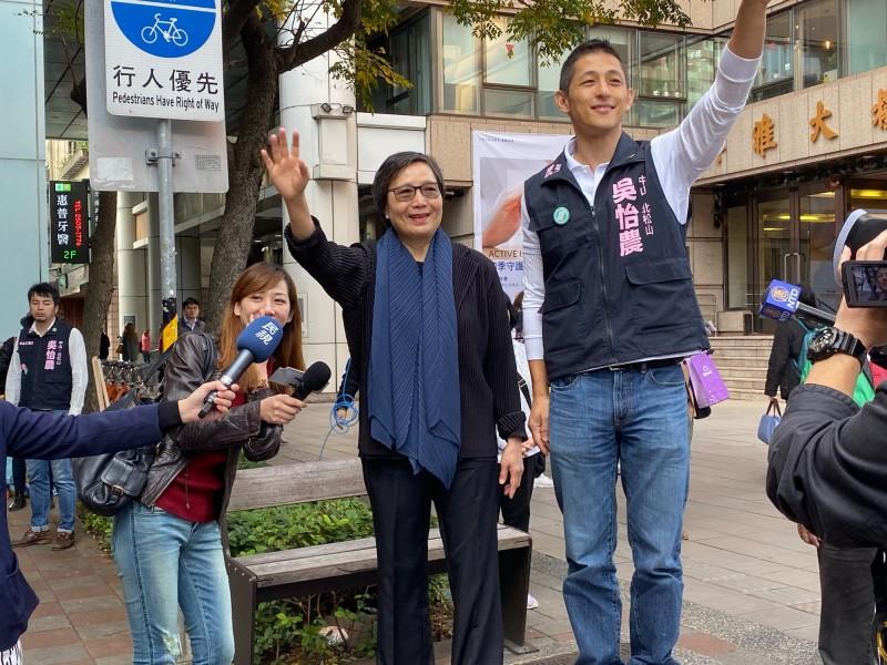 台北市第三選區立委候選人吳怡農今早與葉菊蘭一同拜票。(吳怡農辦公室提供)