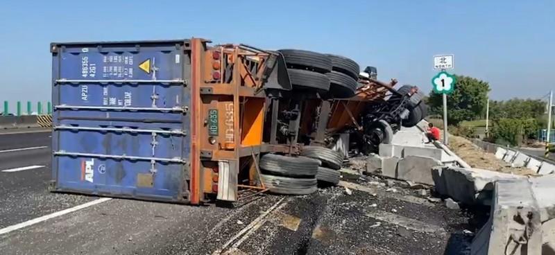 國一北上彰化路段,貨櫃車翻車壓到拖板車、轎車,一度回堵3公里。(記者劉曉欣翻攝)