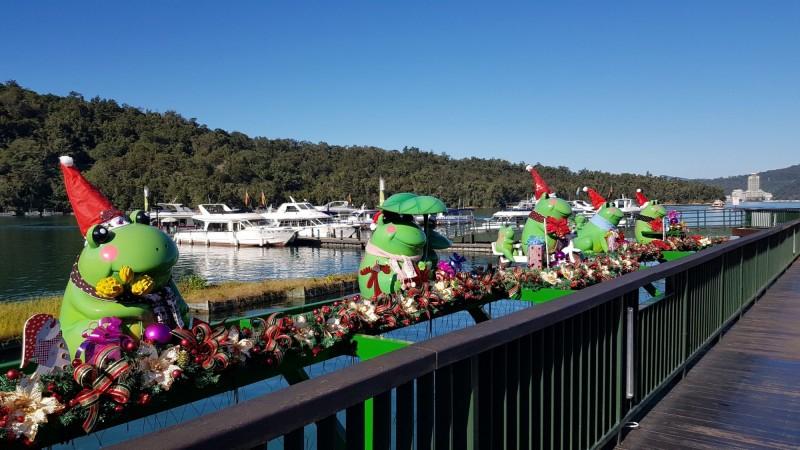 耶誕節腳步接近,日月潭伊達邵碼頭Q版九蛙公仔,也變身成「耶誕蛙」,再度成為當地拍照熱門景點。(記者劉濱銓翻攝)