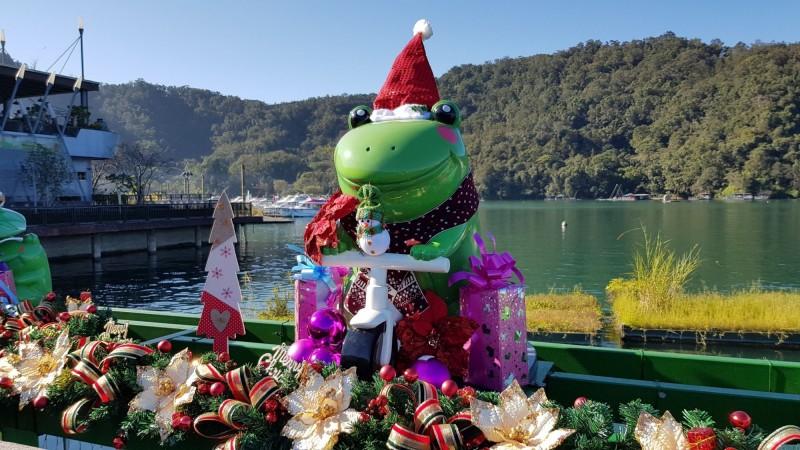 日月潭伊達邵碼頭Q版九蛙公仔,每隻造型、姿態各異,裝飾成「耶誕蛙」後,模樣更可愛了。(記者劉濱銓翻攝)