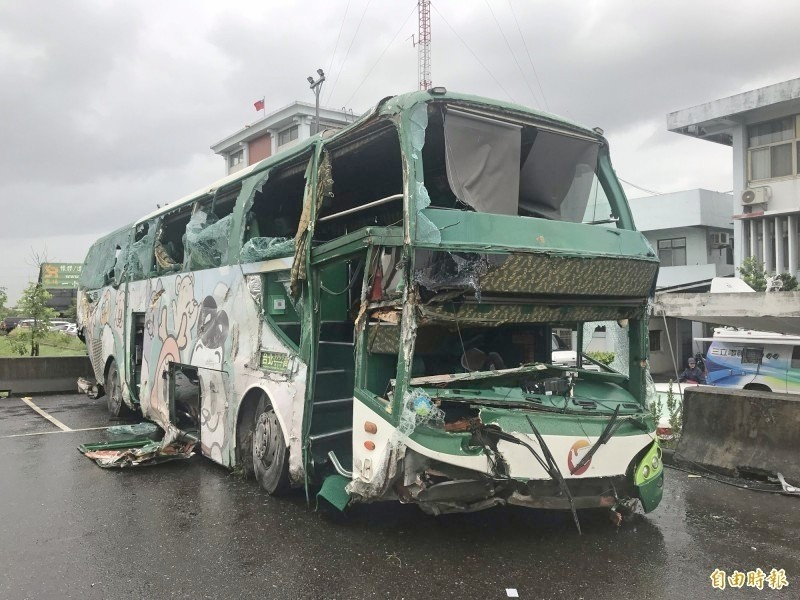 阿羅哈翻落國道一號戰備道邊坡,事故後車輛滿目瘡痍。(資料照)
