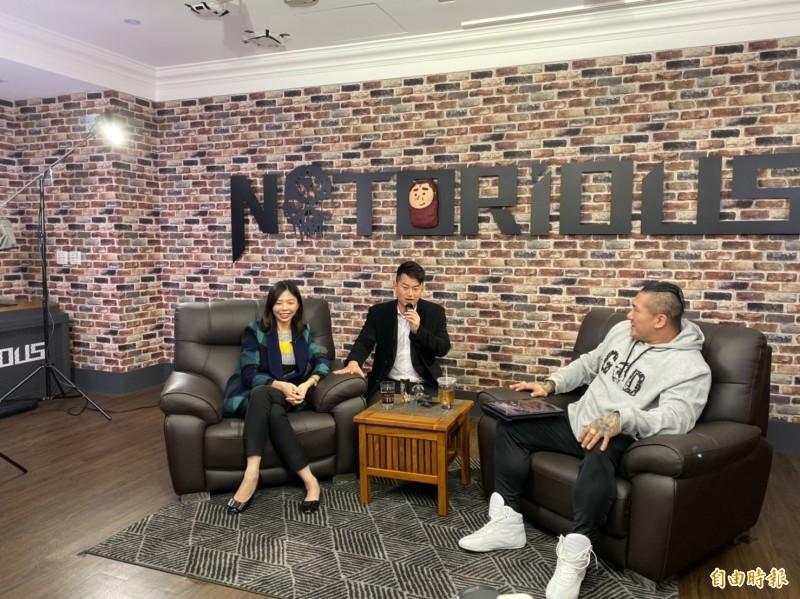 洪慈庸(左)上網紅館長R館ShowShow網路直播節目,接受專訪。(記者張軒哲攝)