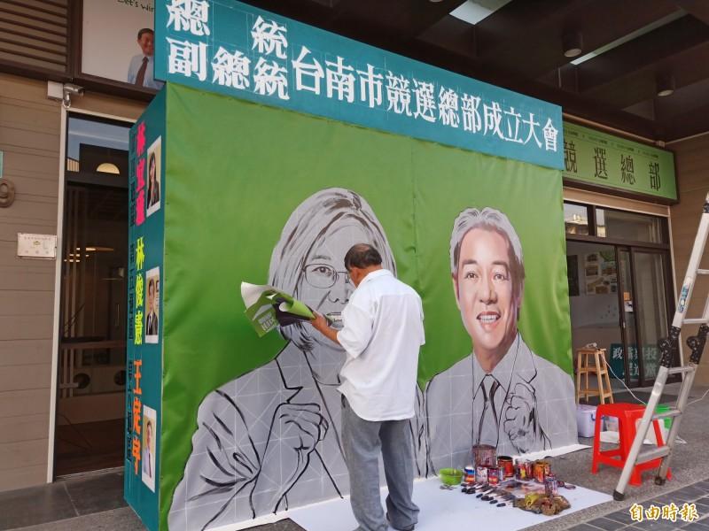 手繪電影海報看板的國寶大師顏振發,主動為蔡賴台南競總手繪競選看板。(記者王姝琇攝)