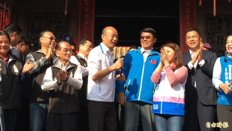 韓國瑜至北港朝天宮參拜時,前民進黨籍副議長蘇俊豪(右2)也現身陪同。(記者許麗娟攝)