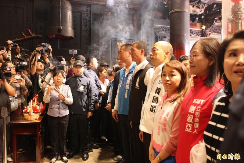 韓國瑜至北港朝天宮參拜,董事長蔡咏鍀(韓右側)特別自台北趕回。(記者許麗娟攝)