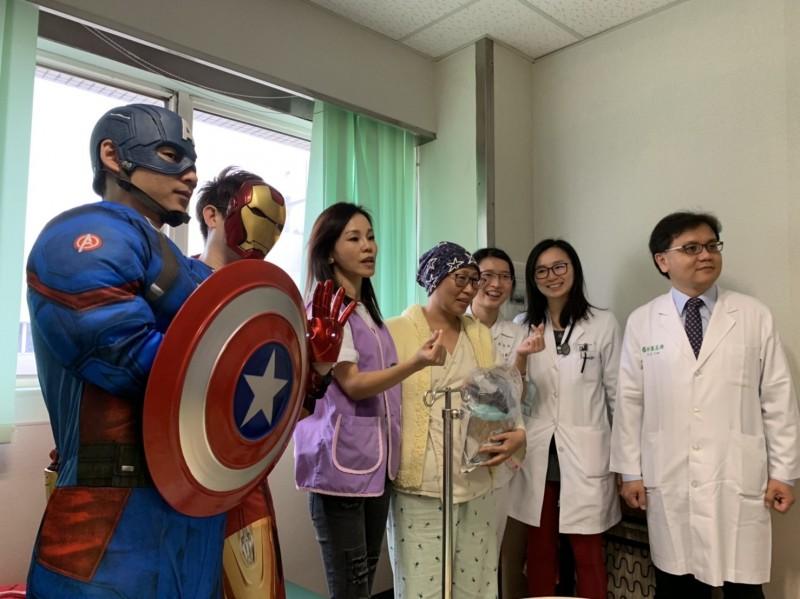 金曲歌后彭佳慧(左3)特地到病房慰問病友。(圖由=高雄長庚提供)