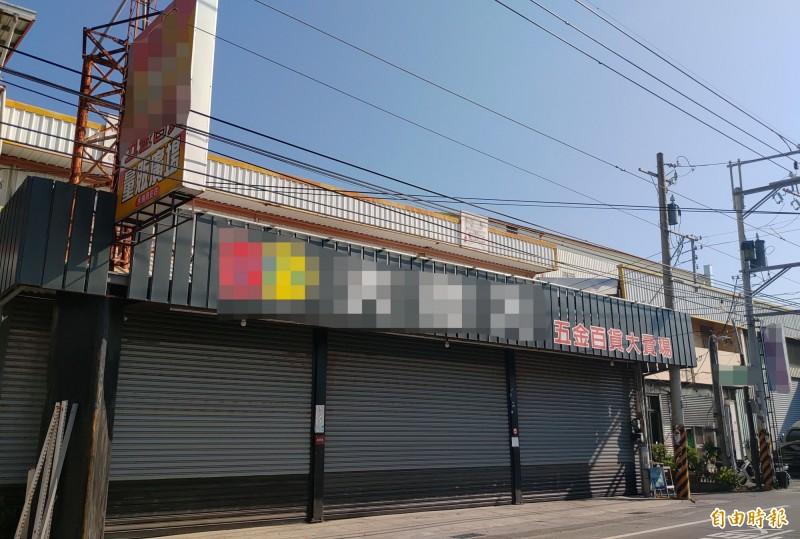 邱男位於永福路賣場也拉下鐵門未營業。(記者陳冠備攝)