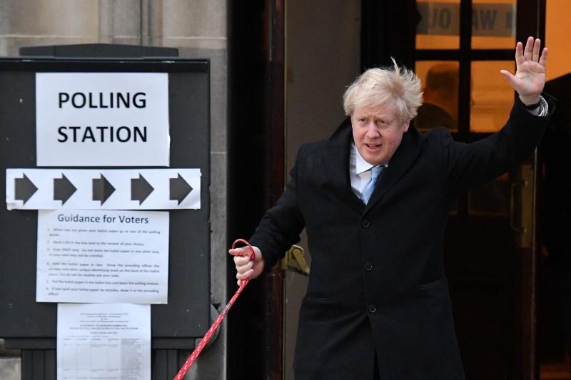 英國今(12)日舉行全國大選。圖為英國首相強森(Boris Johnson)投票後步出投票所。(法新社)