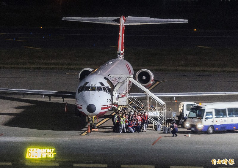 遠東航空無預警宣布13日起停止營運,遠航FE-128班機在12日晚間10時30分返抵桃園國際機場,如果遠航確定無法復飛走入歷史,FE-128班機將成為遠航最後一個航班。遠航地勤人員與執飛機組員在乘客下機後,特別在航機前合影留念,為可能是最後的一次的飛行任務留下紀念。(記者朱沛雄攝)