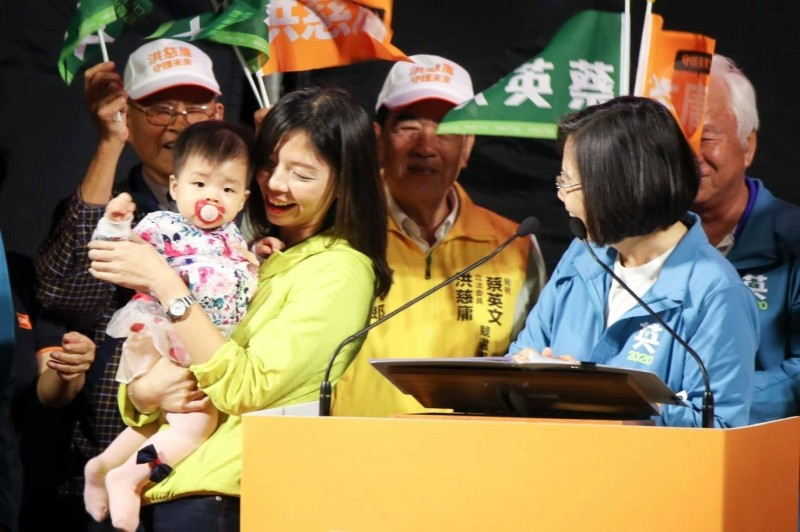 洪慈庸表示,蔡英文推動的育兒政策讓新手爸媽很有感,希望韓國瑜、張善政能負責任一點,告訴社會打算推動什麼政策照顧下一代。(擷取自洪慈庸臉書)