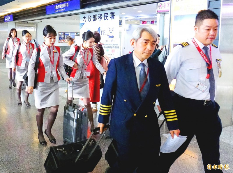 Far Eastern Air (FAT) flight staff from yesterday's last FAT service from Taiwan Taoyuan International Airport, FE 127 bound for Hefei, China, walk through passport control. Photo: Chu Pei-hsiung, Taipei Times