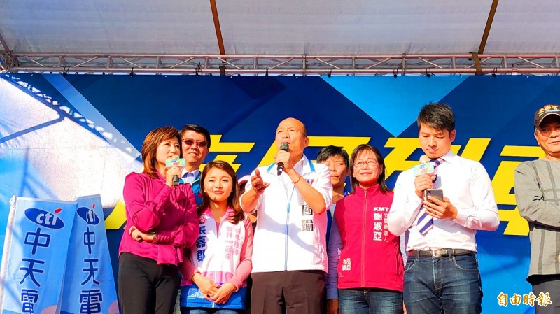 Kaohsiung Mayor Han Kuo-yu, center, the Chinese Nationalist Party's (KMT) presidential candidate, speaks during a campaign event in Yunlin County yesterday. Photo: Hsu Li-chuan, Taipei Times