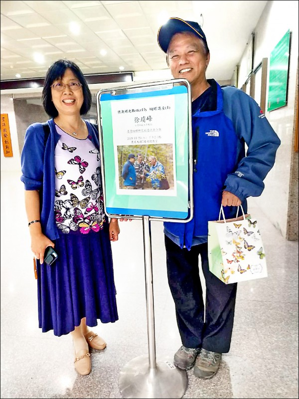 台師大教授徐堉峰(右)、中興大學教授楊曼妙(左)共組跨國研究團隊,破解蝴蝶和螞蟻之間的密碼。(台師大提供)