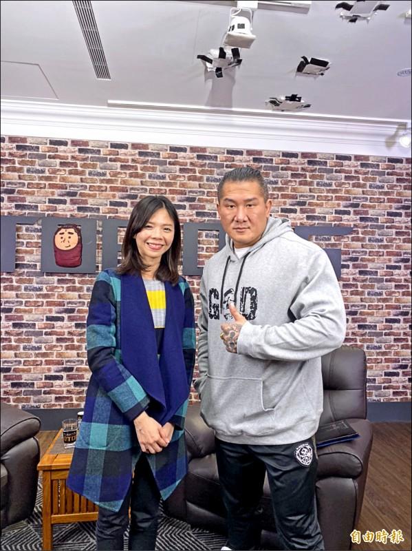 洪慈庸(左)與館長聯手開直播。(記者張軒哲攝)