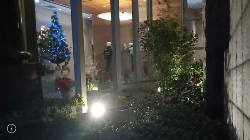台北市信義區今晚10點30分許傳出有民眾鬧輕生的案件,警方到場後,才發現與遠東航空董事長張綱維所居住的社區是同個社區。(記者鄭景議翻攝)