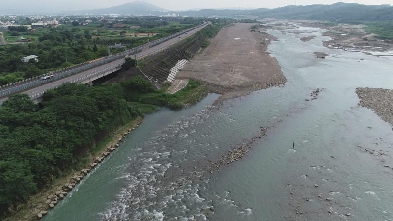 經濟部水利署第二河川局表示,為智慧化管理河川,於轄區三處易致災河段中建構三道堤防安全監測預警機制,守護堤防。(第二河川局提供)