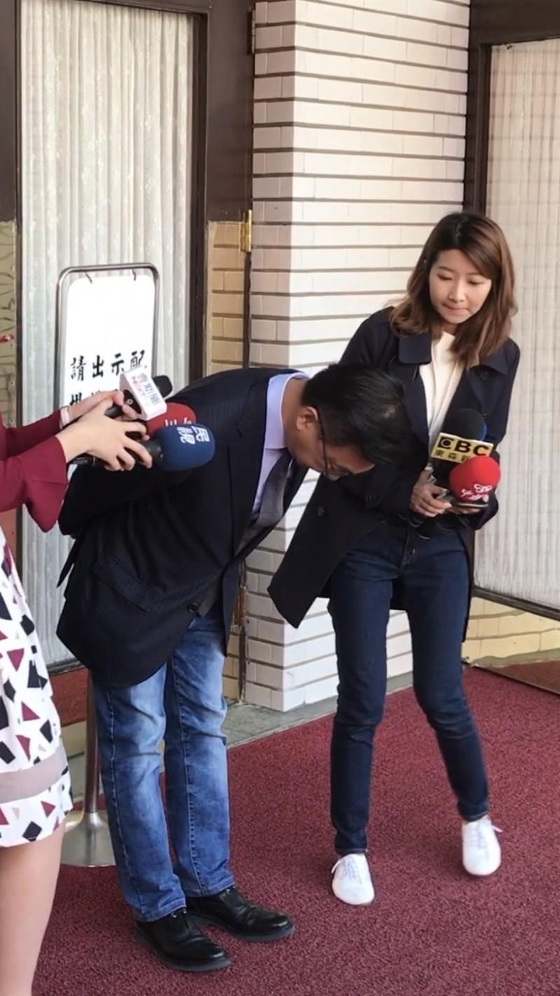 陳宜民上午在議場外接受媒體聯訪時,再度為推擠女警鞠躬致歉。(記者陳昀翻攝)
