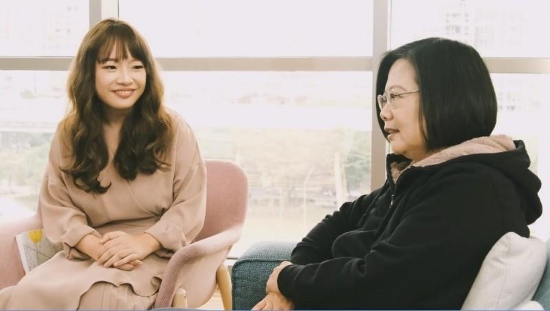 (記者李欣芳攝)蔡英文總統(圖右)與神秘女孩「方」相見歡。圖取自蔡總統臉書。(記者李欣芳攝)