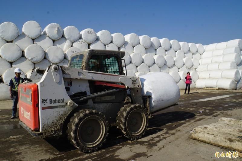 斗六萬噸垃圾山打包成「太空包山」,預計農曆年前清完。(記者詹士弘攝)