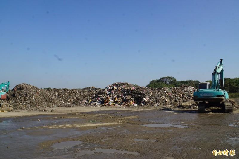 高大的垃圾山已剩底層,約4000噸重。(記者詹士弘攝)