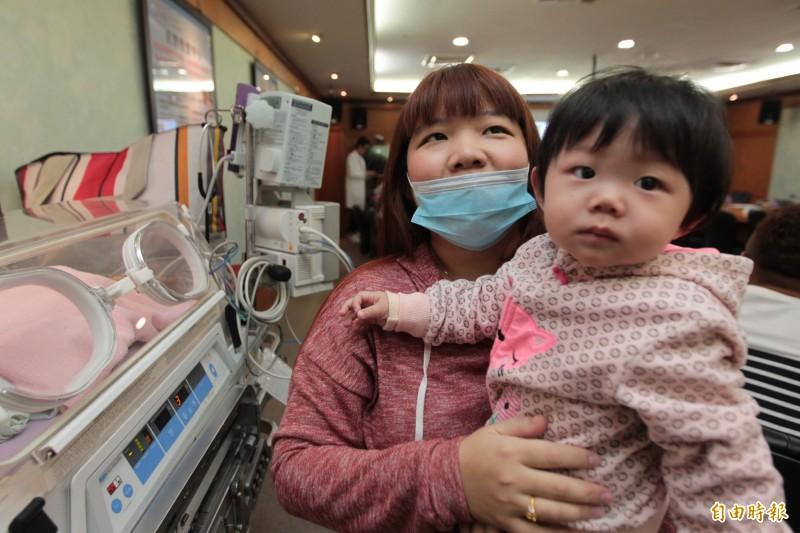 女嬰罹患罕見「胎兒母體輸血症」,經過4次大換血救一命。(記者黃佳琳攝)