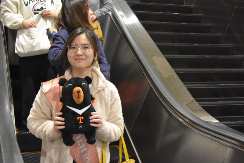 來自韓國的鄭小姐,成為今年來台第1111萬人次旅客。(觀光局提供)