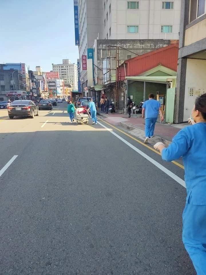 護理師們得知有司機癲癇發作,各自拋下手邊工作救人。(記者許倬勛翻攝)