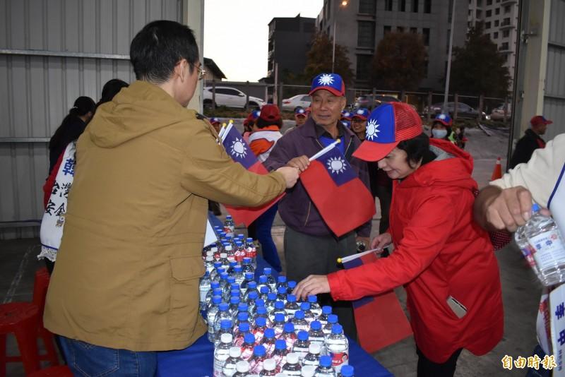 李中陣營發放瓶裝水與小國旗,讓韓粉可以搖旗吶喊。(記者張瑞楨攝)