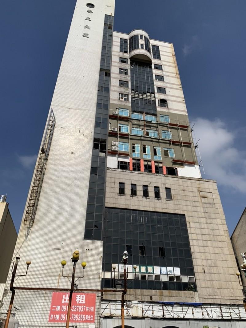 被外界譏為「彰化縣最大廢墟」的喬友大廈裝潢趕工,可望明年2月重新開幕。(記者湯世名攝)