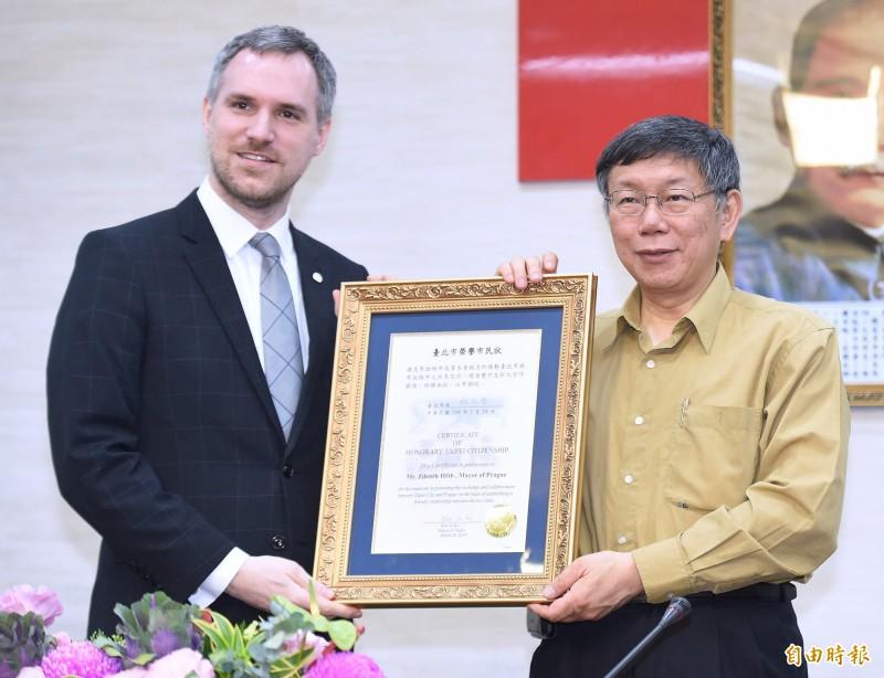 布拉格市議會通過與台北締結姊妹市提案,布拉格市長賀吉普(左)預計下個月與台北市長柯文哲簽署協議。圖為今年3月賀吉普訪台情形。(資料照)