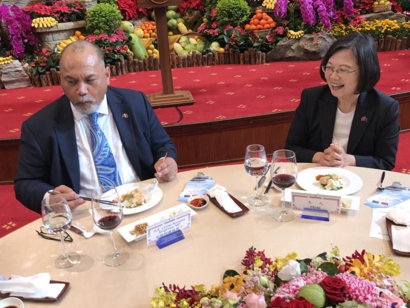 蔡英文總統今天國宴諾魯總統安格明,款待臭豆腐。(圖擷取自外交部推特)