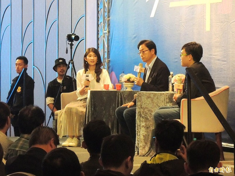 Former premier Simon Chang, second right, the Chinese Nationalist Party's (KMT) vice presidential candidate, answers questions at a symposium at the Hi-Lai Arena Banquet Hall in Kaohsiung yesterday.  Photo: Wang Jung-hsiang, Taipei Times