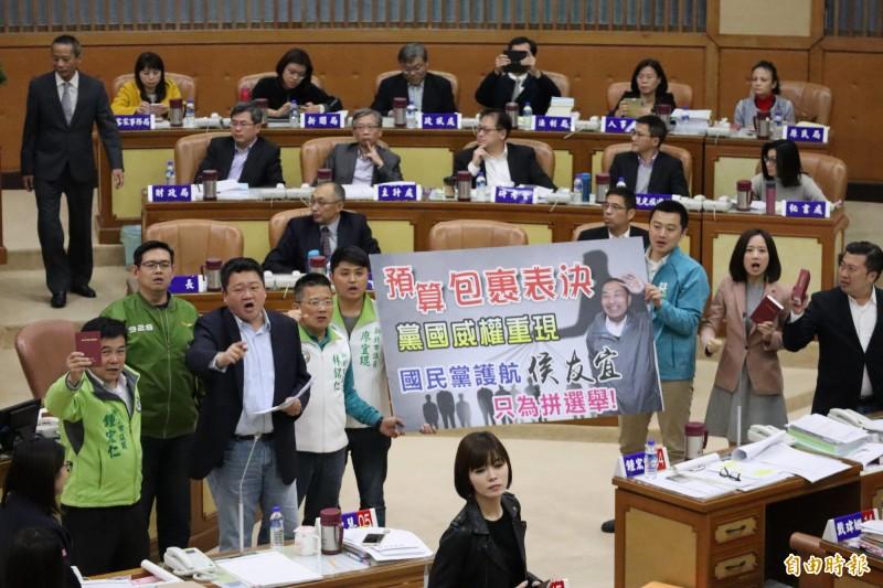 新北市議會審查預算爆發衝突。(記者周湘芸攝)