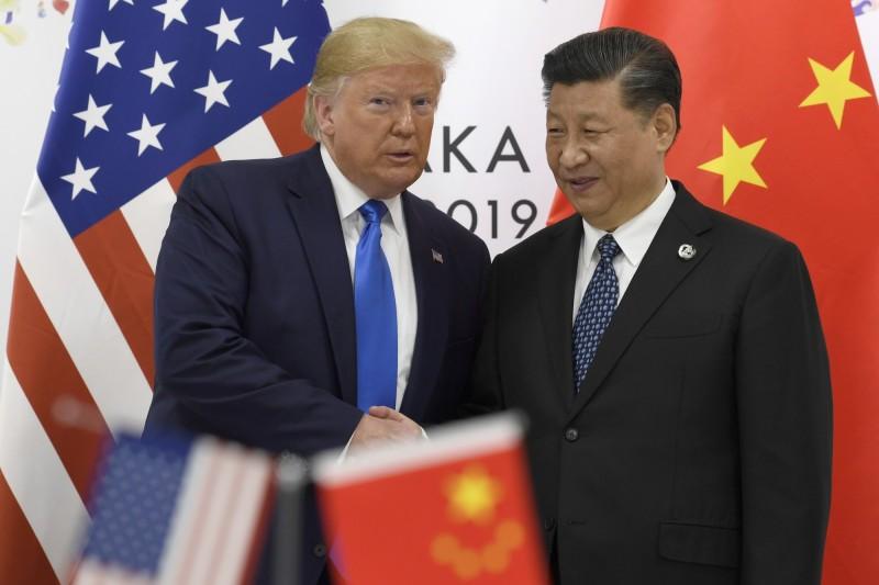 川普宣布,貿易戰第一階段協議達成,美方對中方的關稅將繼續維持25%。(美聯社檔案照)