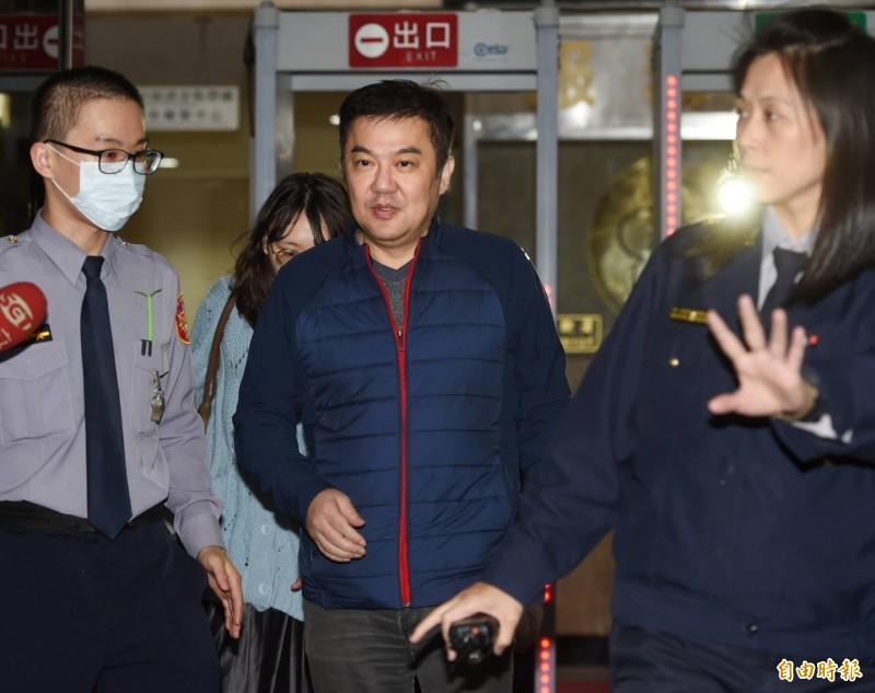 台北地檢署昨晚喚張綱維出庭說明,歷經3個多小時訊問後,檢察官依涉嫌違反民用航空法,對張限制出境、出海及限制住居。(記者方賓照攝)