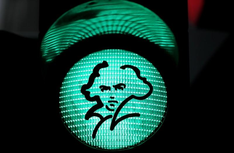 波恩街頭上,繪有貝多芬肖像的交通號誌燈。(歐新社)
