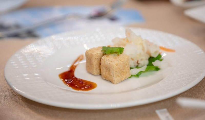總統蔡英文表示,為了符合總統府特殊要求,所以今天是「溫和版」的臭豆腐。(總統府提供)