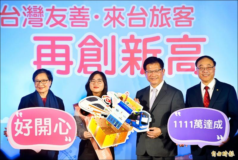 交通部長林佳龍(右二)、觀光局長周永暉(右一)、台灣觀光協會會長葉菊蘭(左一)昨日歡喜宣布,今年第一千一百一十一萬名來台旅客,是來自韓國的鄭小姐(左二)。(記者簡榮豐攝)