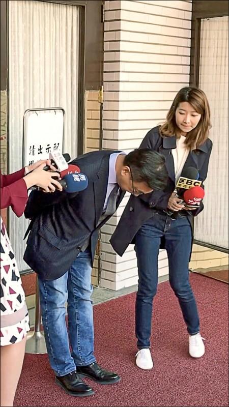 國民黨立委陳宜民昨在議場外接受媒體聯訪時,再度為推擠女警鞠躬致歉。(記者陳昀翻攝)