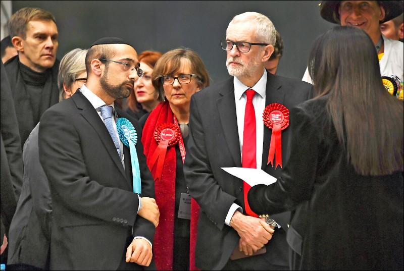 工黨黨魁柯賓(右)雖在其選區勝選,但工黨整體選情慘不忍睹。(美聯社)