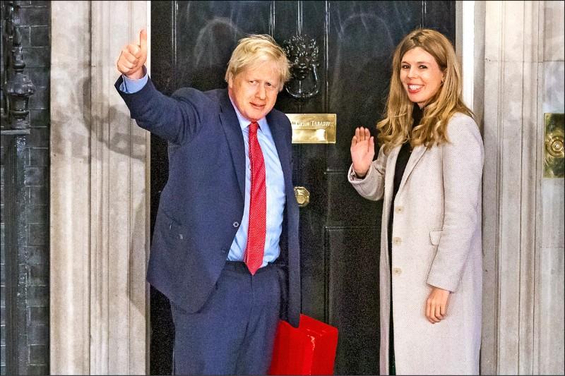 英國首相強森與女朋友現身官邸唐寧街十號。(歐新社)