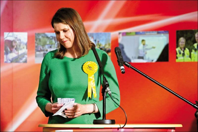 英國國會第4大黨「自由民主黨」黨魁史溫森,以149票差距敗給「蘇格蘭民族黨」候選人,13日宣布辭去黨魁。(美聯社)