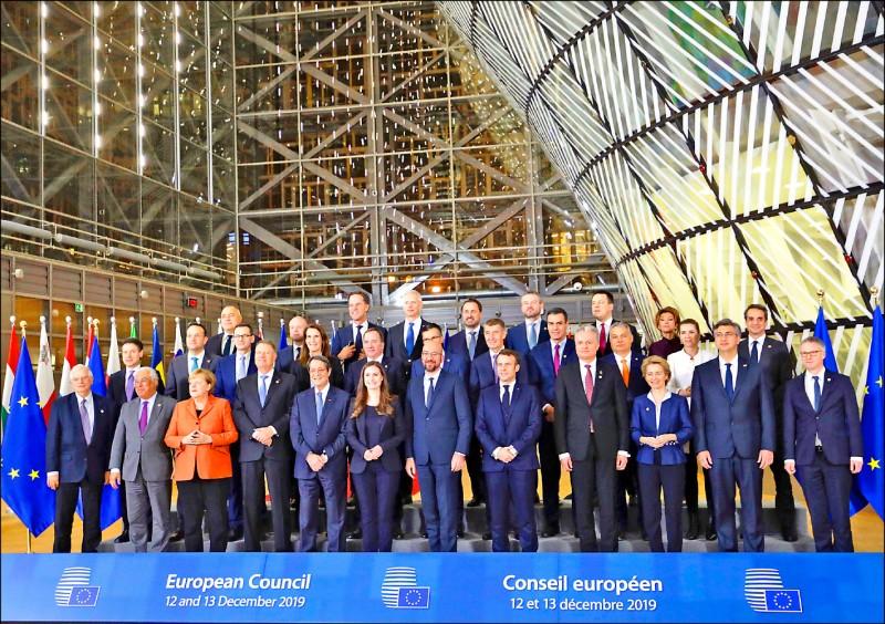 十二、十三日登場的歐洲聯盟峰會,以氣候變遷資金、英國脫歐為主要議題。圖為歐盟領導人在峰會開幕日合影。(美聯社)