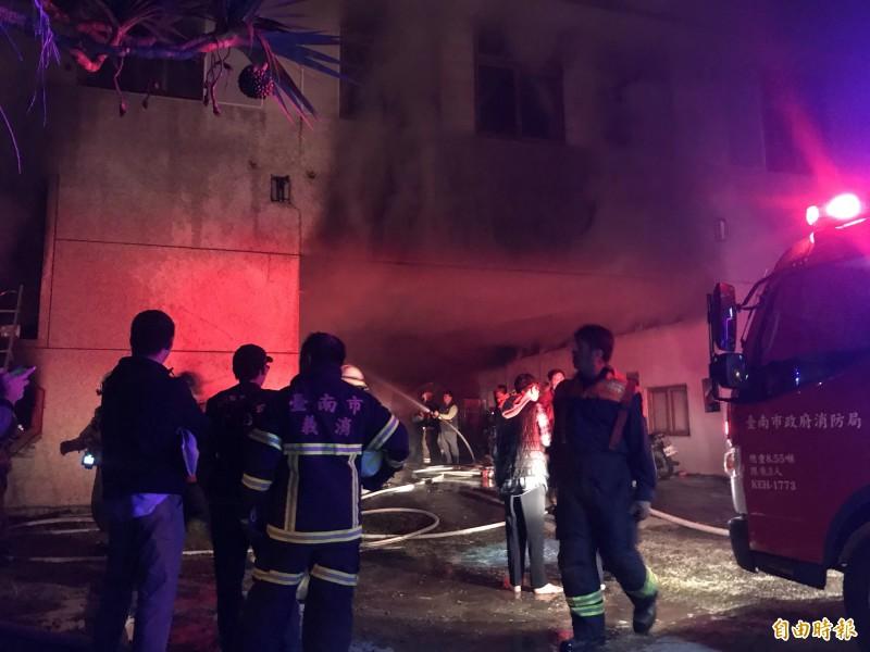 台南玉井一處集合式住宅暗夜竄火,造成重大傷亡。(記者萬于甄攝)